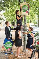 Die Berliner Gruenen starteten am Samstag den 30 Juli 2016 in den Straßen-Wahlkampf zur Agbeordnetenhauswahl im September 2016.<br /> Die Landesvorsitzenden Daniel Wesener (links) und Bettina Jarasch (mitte) sowie die Fraktionsvorsitzenden Ramona Pop (auf der Leiter) und Antje Kapek (rechts) haengten im Prenzlauer Berg Wahlplakate auf.<br /> 30.7.2016, Berlin<br /> Copyright: Christian-Ditsch.de<br /> [Inhaltsveraendernde Manipulation des Fotos nur nach ausdruecklicher Genehmigung des Fotografen. Vereinbarungen ueber Abtretung von Persoenlichkeitsrechten/Model Release der abgebildeten Person/Personen liegen nicht vor. NO MODEL RELEASE! Nur fuer Redaktionelle Zwecke. Don't publish without copyright Christian-Ditsch.de, Veroeffentlichung nur mit Fotografennennung, sowie gegen Honorar, MwSt. und Beleg. Konto: I N G - D i B a, IBAN DE58500105175400192269, BIC INGDDEFFXXX, Kontakt: post@christian-ditsch.de<br /> Bei der Bearbeitung der Dateiinformationen darf die Urheberkennzeichnung in den EXIF- und  IPTC-Daten nicht entfernt werden, diese sind in digitalen Medien nach §95c UrhG rechtlich geschuetzt. Der Urhebervermerk wird gemaess §13 UrhG verlangt.]
