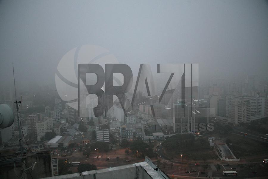 PORTO ALEGRE, RS,28.06.2016 - CLIMA-RS - Forte neblina é vista no centro da cidade de Porto Alegre nesta terça-feira, 28. (Foto: Naian Meneghetti /Brazil Photo Press)