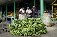Personas compran platanos que son exhibidos para su venta, hoy, jueves 27 de enero de 2010, en el mercado de la feria ganera en Santo Domingo, República Dominicana..Foto : © Roberto Guzman.