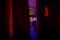 Milano: una ragazza durante il suo spettacolo di burlesque
