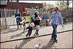 Nederland, Landsmeer, 15-04-2011 Vrijdag tussen de middag. De basisschool gaat uit. Ouders halen hun kinderen van school. FOTO: Gerard Til / Hollandse Hoogte.