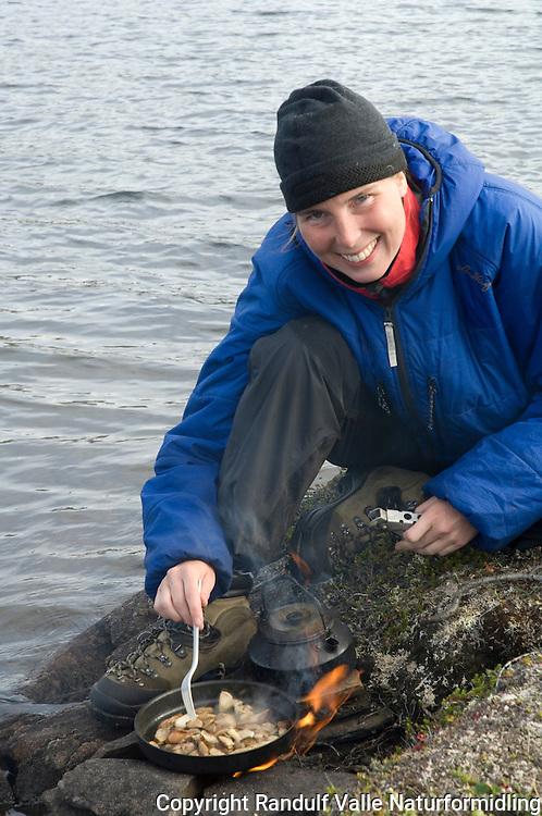 Jente steker sopp på bål ---- Mushrooms cooked on camp fire