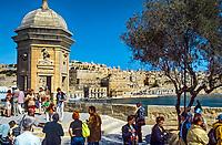 Malta, Senglea: Gruppenreisende auf einer Bastion von Senglea mit Blick ueber den Grand Harbour nach Valetta | Malta, Senglea: view from a Senglea bastion across the Grand Harbour towards Valetta