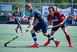 DEN HAAG -  Lennart Kallenberg (HDM) met Wouter Rens (HCKZ)     tijdens  de eerste Play out wedstrijd hoofdklasse heren ,  HDM-HCKZ ((1-2). COPYRIGHT KOEN SUYK