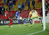 BOGOTA - COLOMBIA - 30-07-2016: Ayron del Valle (Cent.) jugador de Millonarios disputa el balon con Hayner Mosquera (Izq.) y Pedro Torresagasti (Der.) jugadores de Rionegro Aguilas, durante partido de la fecha 6 entre Millonarios y Rionegro Aguilas, de la Liga Aguila II-2016, jugado en el estadio Nemesio Camacho El Campin de la ciudad de Bogota.  / Ayron del Valle (C) player of Millonarios vie for the ball with con Hayner Mosquera (L) and Pedro Torresagasti (R) players of Rionegro Aguilas, during a match between Millonarios and Rionegro Aguilas, for the date 6 of the Liga Aguila II-2016 at the Nemesio Camacho El Campin Stadium in Bogota city, Photo: VizzorImage / Luis Ramirez / Staff.