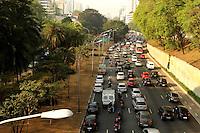 ATENCÃO EDITOR: FOTO EMBARGADA PARA VEICULO INTERNACIONAL - SAO PAULO, SP, 17 SETEMBRO 2012 - TRANSITO EM SÃO PAULO - Transito na Av 23 de maio na parte da manhã na região da Liberdade zona central da capital paulista nessa segunda,17. (FOTO: LEVY RIBEIRO / BRAZIL PHOTO PRESS)