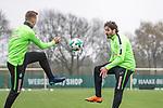 14.04.2018, Trainingsgelaende, Bremen, GER, 1.FBL, Training SV Werder Bremen<br /> <br /> im Bild<br /> Niklas Moisander (Werder Bremen #18) im Duell / im Zweikampf mit