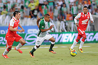 MEDELLIN - COLOMBIA-14-07-2013: McNelly Torres (Cent.) jugador del Atletico Nacional disputa el balón con Daniel Torres (Izq.) Wilder Medina (Der.) jugadores del Independiente Santa Fe durante partido en el estadio Atanasio Girardot de la ciudad de Medellin, julio 14 de 2013. Atletico Nacional y Indepndiente Santa Fe durante partido de ida por la final de la Liga Postobon I. (Foto: VizzorImage / Luis Rios / Str).  McNelly Torres (C) player of Atletico Nacional fights for the ball with Daniel Torres (L) and Wilder Medina  (R) players from Independiente Santa Fe during game in the Atanasio Girardot stadium in Medellin City, July 14, 2013. Atletico Nacional and Independiente Santa Fe, during match for the firsts round of finals of the Postobon League I. (Photo: VizzorImage / Luis Rios / Str).