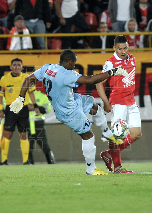 BOGOTA- COLOMBIA – 18-03-2014: Luis Arias (Der) jugador del Independiente Santa Fe, disputan el balón con Yañes Angulo (Izq.) jugador del Zamora, durante partido entre Independiente Santa Fe de Colombia y Zamora de Venezuela por la segunda fase, grupo 4, de la Copa Bridgestone Libertadores en el estadio Nemesio Camacho El Campin, de la ciudad de Bogota. / Luis Arias (R) player of Independiente Santa Fe, figths for the ball with Yañes Angulo (L) player of Zamora, during a match between Independiente Santa Fe of Colombia and Zamora of Venezuela for the second phase, group 4, of the Copa Bridgestone Libertadores in the Nemesio Camacho El Campin in Bogota city. Photo: VizzorImage / Luis Ramirez / Staff.