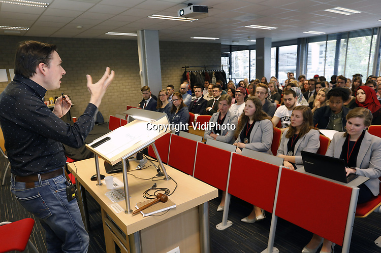 Foto: VidiPhoto<br /> <br /> NIJMEGEN - Lezing CSFR met Emmanuel Rutten, in samenwerking met moslimstudenten (MSV Nijmegen), over rationele Godsbewijzen.