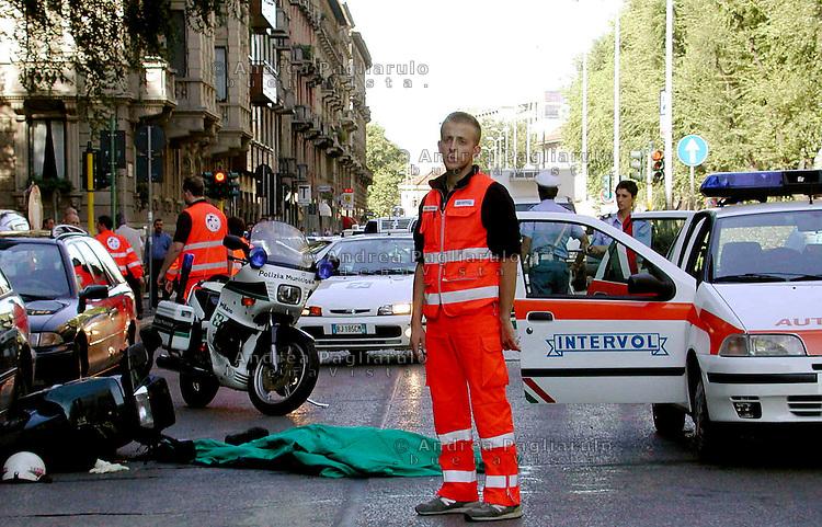 Italia, Milano, 04/10/2005..Vittime della strada..#####.Italy, Milan, 04/10/2005..Road accident victims..© Andrea Pagliarulo