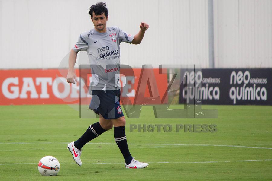 SAO PAULO, SP, 14 DE ABRIL 2012 – TREINO CORINTHIANS – Douglas durante o treino do Corinthians neste sabado no CT Joaquim Grava. FOTO: RENATA TEIXEIRA / BRAZIL PHOTO PRESS.