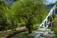 Frankreich, Bourgogne-Franche-Comté, Département Jura, Baume-les-Messieurs: klassifiziert als eines der schoensten Doerfer Frankreichs (Plus beaux villages de France) - Wasserfall Cascade des tufs | France, Bourgogne-Franche-Comté, Département Jura, Baume-les-Messieurs: classified as one of France's most beautiful villages (Plus beaux villages de France) - waterfall Cascade des tufs