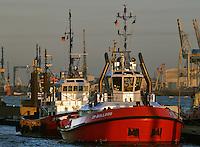 Hamburger Hafenschlepper Bulldog: EUROPA, DEUTSCHLAND, HAMBURG, (EUROPE, GERMANY), 06.03.2013 Schlepper, auch Schleppschiffe genannt, (engl. tugboat oder tug) sind Schiffe mit leistungsstarker Antriebsanlage, die zum Ziehen und Schieben anderer Schiffe oder großer schwimmfaehiger Objekte eingesetzt werden. Meist werden zum Ziehen Schlepptrossen verwendet, die am Schlepper an Haken eingehaengt oder an Seilwinden aufgerollt sind. In Deutschland gibt es zusammen mit den Schubschiffen 450 Stueck