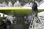 Foto: VidiPhoto<br /> <br /> IJSSELSTEIN – Sneeuwmakers van Polar Europe BV geven de kerstbomen van Intratuin in IJsselstein donderdag een dikke sneeuwlaag. Voor het bedrijf breekt nu de drukste tijd van het jaar aan. Niet alleen moeten duizenden kerstbomen, blokhutten en andere kerstitems voorzien worden van een laag kunstsneeuw, maar ook wordt er bij diverse winterevenementen wereldwijd 'echte' sneeuw aangebracht, vervaardigd met vloeibaar stikstof of geschaafd ijs. Nu er door de klimaatverandering op veel plekken nauwelijks nog natuurlijke sneeuw valt, wordt Polar Europe steeds vaker ingeschakeld. Het is het enige bedrijf in ons land dat 'echte' sneeuw spuit. De kerstbomen worden voorzien van sneeuw op papierbasis (cellulose) dat goed tegen regen kan.