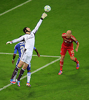 FUSSBALL   SAISON 2011/2012   CHAMPIONS LEAGUE FINALE FC Bayern Muenchen - FC Chelsea  19.05.2012 Torwart Petr Cech (li, FC Chelsea) gegen Arjen Robben (re, FC Bayern Muenchen)