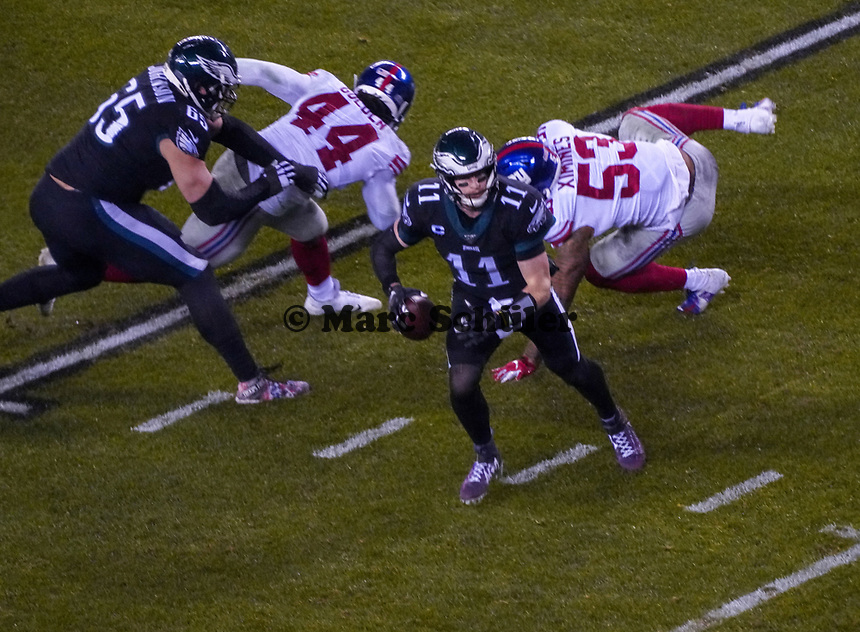 quarterback Carson Wentz (11) of the Philadelphia Eagles gegen linebacker Oshane Ximines (53) of the New York Giants - 09.12.2019: Philadelphia Eagles vs. New York Giants, Monday Night Football, Lincoln Financial Field