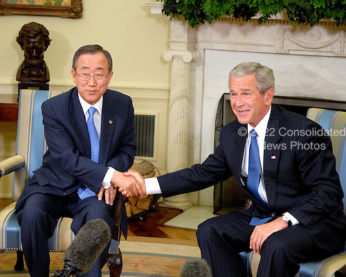 Washington, D.C. - July 17, 2007 -- United States President George W. Bush meets with Ban Ki-moon of the Republic of Korea, Secretary-General of the United Nations in the Oval Office of the White House in Washington, D.C. on Tuesday, July 17, 2007. .Credit: Ron Sachs - Pool via CNP
