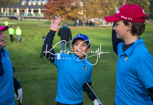 EEMNES - High Five. Finales National Golfsixes League, georganiseerd door PGA Holland. Houtrak, De Goyer, Midden Brabant en Nunspeetse.  Houtrak (blauw shirt) wint van De Goyer (oranje). COPYRIGHT KOEN SUYK