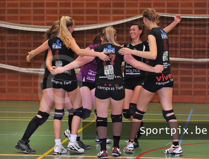 Tievolley Tielt Dames : vreugde na het binnenhalen van een punt<br /> foto VDB / Bart Vandenbroucke