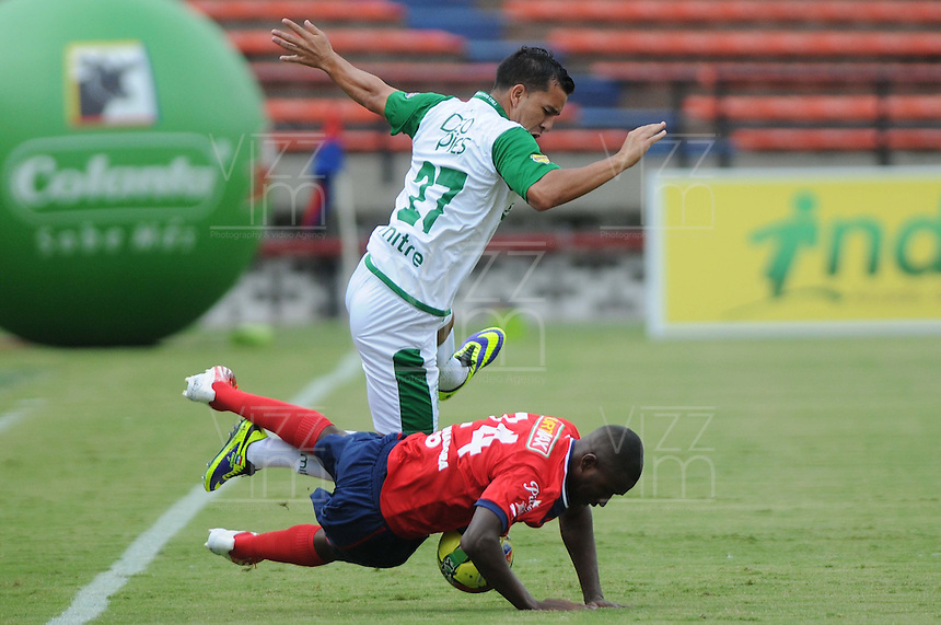 MEDELLÍN -COLOMBIA-03-11-2013. Andres Felipe Mosquera (Der.) jugador de Independiente Medellin disputa el balón con Nestor Abraham Camacho (Izq.) jugador de Deportivo Cali durante del partido por la fecha 17 de la Liga Postobon II-2013, jugado en el estadio Atanasio Girardot de la ciudad de Medellin. / Andres Felipe Mosquera (R) player of Independiente Medellin vies for the ball with Nestor Abraham Camacho (L) of Deportivo Cali during a match for the 17th  date of the Postobon Leaguje II-2013 at the Atanasio Girardot Stadium in Medellin city. Photo: VizzorImage/Luis Ríos/STR