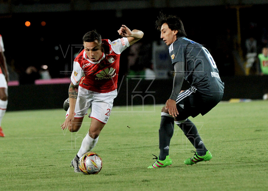 BOGOTA - COLOMBIA - 07-02-2016: Luis Seijas (Izq.) jugador de Independiente Santa Fe disputa el balón con Rafael Robayo (Der.) jugador de Millonarios, durante partido por la fecha 2 entre Independiente Santa Fe y Millonarios de la Liga Aguila I-2016, en el estadio Nemesio Camacho El Campin de la ciudad de Bogota.  / Luis Seijas (L) player of Independiente Santa Fe struggles for the ball with Rafael Robayo (R) player of Millonarios, during a match of the 2 date between Independiente Santa Fe and Millonarios, for the Liga Aguila I -2016 at the Nemesio Camacho El Campin Stadium in Bogota city, Photo: VizzorImage / Luis Ramirez / Staff.