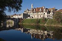 Europe/France/Aquitaine/24/Dordogne/Périgueux: La cathédrale Saint-Front, et les maisons dites : des quais sur les bords de l'Isle-Maison des Consuls