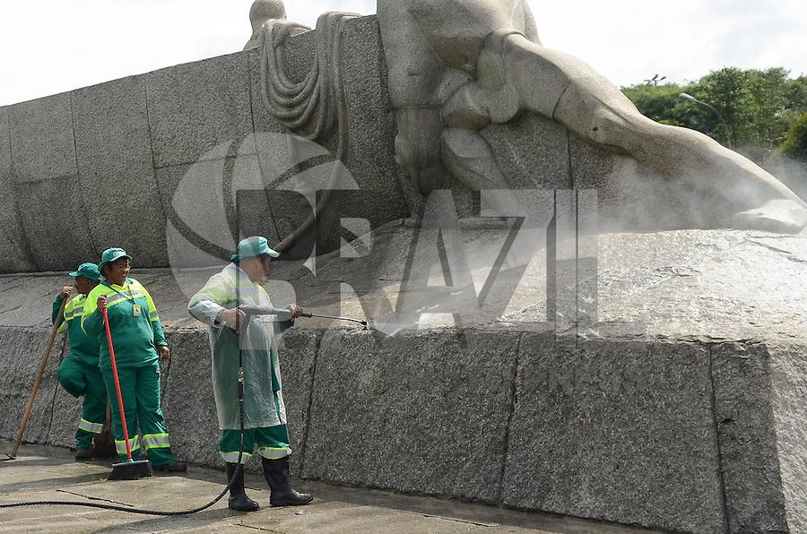 SAO PAULO, 04 DE ABRIL DE 2013 - CENA DO DIA - Homens da Prefeitura realizam limpeza no  Monumento às Bandeiras, instalado na Praça Armando Salles de Oliveira, no Ibirapuera, região sul da capital, na manhã desta quinta feira, 04. (FOTO: ALEXANDRE MOREIRA / BRAZIL PHOTO PRESS)