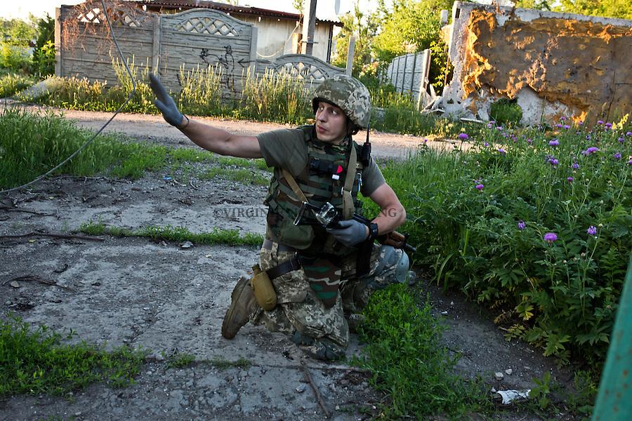 UKRAINE, Pisky: Constantine, 33 years old and member of the 93 brigade, is making a tour inside the village of Pisky in order to catch separatists spies that might be hidding in the ukrainian side of Pisky.<br /> <br /> UKRAINE, Pisky: Constantine, 33 ans et membre de la brigade 93, eronde &agrave; l'int&eacute;rieur du village de Pisky afin d'attraper des espions s&eacute;paratistes qui pourraient s'&ecirc;tre cach&eacute;s dans la partie ukrainienne du Pisky.