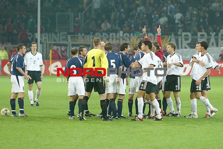Laenderspiel EM 2004 Qualifikation<br /> Deutschland vs. Schottland 2:1<br /> Aufregung nach dem AnschluŖtor durch die Schotten - Keeper Robert Douglas greift Michael Ballack an<br /> <br /> Foto &copy; nordphoto <br />  *** Local Caption *** Foto ist honorarpflichtig! zzgl. gesetzl. MwSt.<br />  Belegexemplar erforderlich<br /> Adresse: nordphoto<br /> Georg-Reinke-Strasse 1<br /> 49377 Vechta