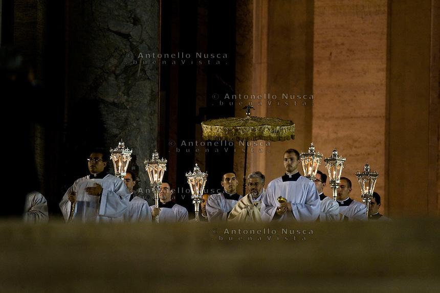 Vaticano, 2013. Preti escono dalla Basilica di San Pietro per una funzione religiosa