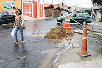 OSASCO,SP - 07.10.14 - CANO ROMPIDO/DISPERDICIO/AGUA - Em Osasco na Rua Padre Paulo Xerdel altura do numero 440 um cano da Sabesp foi pela própria escavadeira da empresa e segundo um dos moradores da rua a agua jorrava desde as 10:30h da manha,foi colocado uma fita de sinalização e deixaram o oocal sem consertar o problema.  . ( Foto: Aloisio Mauricio / Brazil Photo Press )