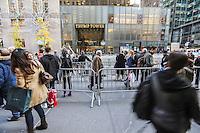 NEW YORK,NY, 16.11.2016 - TRUMP-TOWER - Movimentação em frente a Trump Tower em New York nesta quarta-feira, 16. O local foi construído pelo empresário Donald Trump eleito presidente do Estado Unidos no ultimo dia 08 de novembro. (Foto: Vanessa Carvalho/Brazil Photo Press)