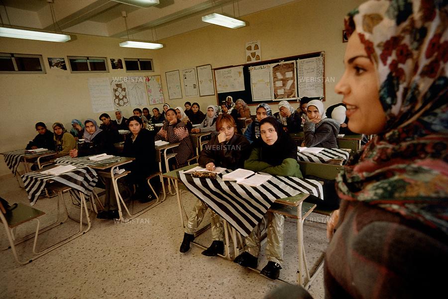 2000. Classroom of the military school for young Libyan women built in 1990 in Tripoli. Salle de classe d'une école militaire pour jeunes femmes libyennes construite en 1990 à Tripoli.