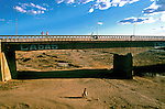 Rio Bastiões seco em período de estiagem no interior do Ceará. 1983. Foto de Juca Martins.