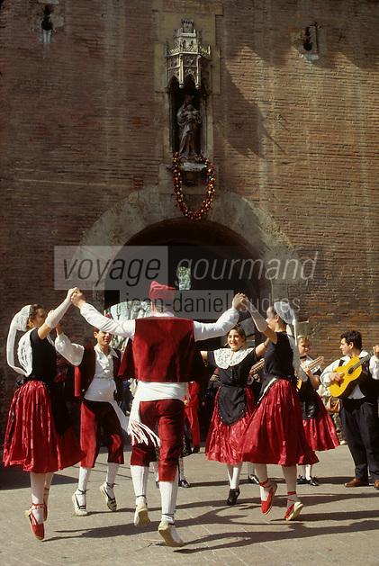 Europe/France/Languedoc-Roussillon/66/Pyrénées -Orientales/Perpignan : Danses catalanes devant le castillet le jour de la Saint-Sanch