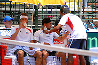CALI – COLOMBIA – 05-04-2014: Victor Estrella y Jose Hernandez de Republica Dominicana toman agua durante el dia dos de partidos en el Grupo I de la Zona Americana de la Copa Davis, partidos entre Colombia y República Dominicana en Estadio de Tenis Alvaro Carlos Jordan en la ciudad de Cali. / Victor Estrella and Jose Hernandez of the Dominican Republic takes water during day two in matches for the Group I of the American Zone Davis Cup, between Colombia and the Dominican Republic, at the Carlos Alvaro Jordan, Tennis  Stadium in the city of Cali. Photo: VizzorImage / Luis Ramirez / Staff.