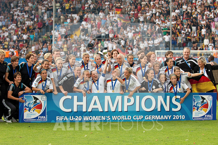 01.08.2010, , Bielefeld, GER, FIFA U-20 Frauen Worldcup, Deutschland vg Nigeria, im Bild die Weltmeistermannschaft der u-20 Damen WM 2010, Foto © nph / Roth