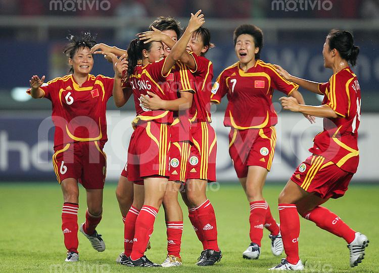 Fussball International Frauen WM China 2007  China - Daenemark China PR - Denmark Jubel zum 3:0 durch SONG Xiaoli (CHN, 2.v.l).