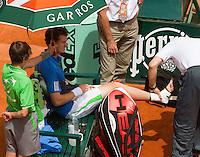 28-05-11, Tennis, France, Paris, Roland Garros , Andy Murtay gaat door zijn enkel en wordt ingetaped