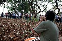 SAO PAULO, SP, 14/09/2012 - POLITICA CAMPANHA SERRA - Nesta sexta-feira (14), o candidato do PSDB à Prefeitura de São Paulo, José Serra, visitou as obras da Praça Franklin Roosevelt, no centro de Sao Paulo na capital paulista. Durante a visita de Serra a Praça, Leandro Lago (verde) e Dulce Muniz, manifestaram suas indignação com o candidato devido a praça não ter sido inaugurada e segundo os Próprios  o Candidato está  explorando a situação.Ambos fazem parte do movimento em defesa da feira livre da Praça Franklin Roosevelt.FOTO VAGNER CAMPOS / BRAZIL PHOTO PRESS<br /> <br /> SAO PAULO, SP, 14/09/2012 - POLITICA CAMPANHA SERRA - Nesta sexta-feira (14), o candidato do PSDB à Prefeitura de São Paulo, José Serra, visitou as obras da Praça Franklin Roosevelt, no centro de Sao Paulo na capital paulista. Durante a visita de Serra a Praça, Leandro Lago (verde) e Dulce Muniz, manifestaram suas indignação com o candidato devido a praça não ter sido inaugurada e segundo os Próprios  o Candidato está  explorando a situação.Ambos fazem parte do movimento em defesa da feira livre da Praça Franklin Roosevelt.FOTO VAGNER CAMPOS / BRAZIL PHOTO PRESS