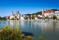 Deutschland, Niederbayern, Passau: 3-Fluesse-Stadt mit Dom St. Stephan sowie Kirche St. Michael, Fluss Inn | Germany, Lower Bavaria, Passau with cathedral St. Stephan, church St. Michael and river Inn