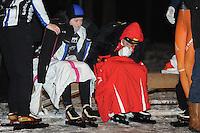 SCHAATSEN: Natuurijs: Kortebaan, Alteveer, 03-02-2012, NK dames, Thijsje Oenema (rechts), blaast om haar koude handen warm te krijgen, ©foto Martin de Jong