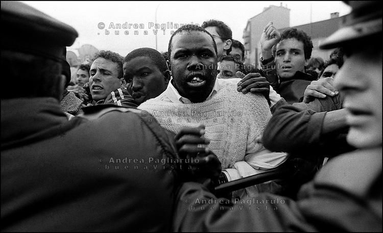Milano, novembre 1998.<br /> Immigrati si affollano davanti l'ufficio di via Cagni per i permessi di soggiorno