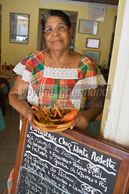 """France/DOM/Martinique/Grand-Rivière : Arlette et sa marmite du pêcheur  dans son  Restaurant """"Chez Tante Arlette"""" [Non destiné à un usage publicitaire - Not intended for an advertising use]"""