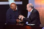 Desmund Tutu erhaelt den Presidential Award von FIFA Praesident Josef Sepp Blatter (Andreas Meier/EQ Images.ch)