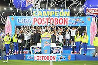 BOGOTA - COLOMBIA-17-07-2013: Los jugadores del Atletico Nacional celebran el titulo durante partido en el estadio Nemesio Camacho El Campin de la ciudad de Bogota, julio 17 de 2013. Atletico Nacional gano el partido de vuelta por la final de la Liga Postobon I y se corono campeón  (Foto: VizzorImage / Nestor Silva / Cont.). The players of Atletico Nacional, celebrate the title during game in the Nemesio Camacho El Campin stadium in Bogota City, July 17, 2013. Atletico Nacional won the second leg of the final of the Postobon League I and was crowned champion (Photo: VizzorImage / Nestor Silva / Cont.).