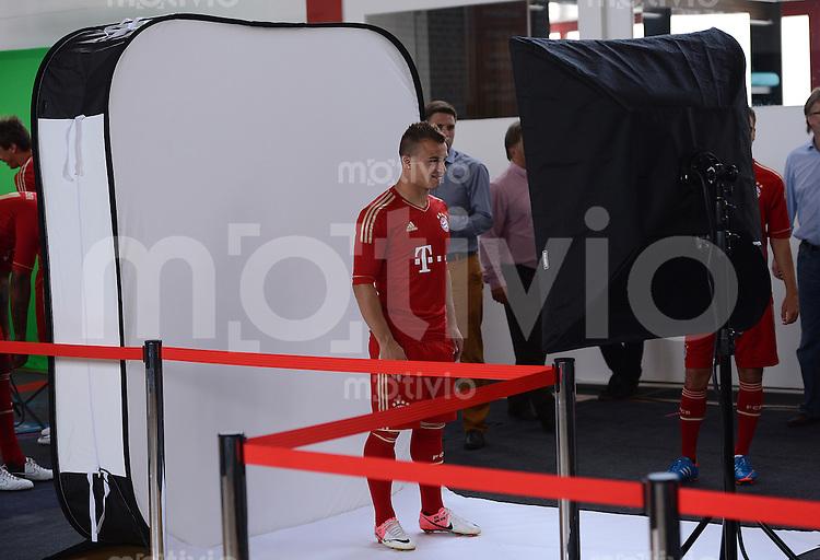 FUSSBALL     1. BUNDESLIGA     SAISON  2012/2013     30.07.2012 Fototermin beim  FC Bayern Muenchen  Xherdan Shaqiri  wird von einem Fotografen fotografiert