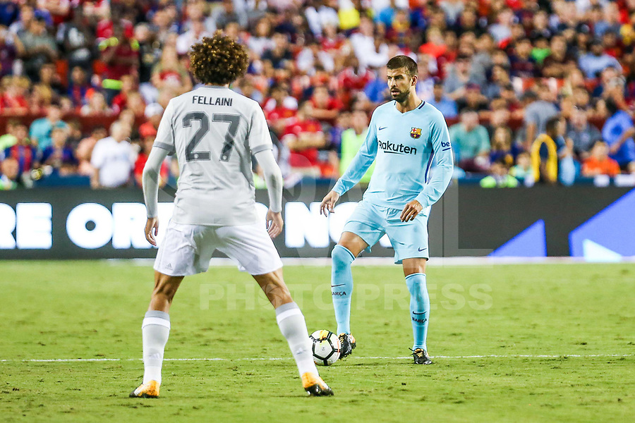 LANDOVER, EUA, 26.07.2017 - BARCELONA-MANCHESTER UNITED -  Gerard Piqué (D) do Barcelona disputa bola com  Fellainio  do Manchester United jogo valido pela Internacional Champions Cup no  FedExField, Landover nos Estados Unidos nesta quarta-feira, 26. (Foto: William Volcov/Brazil Photo Press)
