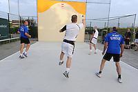 MUURKAATSEN: JIRNSUM: It Keatsplein op Sportpark De Bining, 09-07-2012, Muorrekeatsferiening De Wide Stege, 1e Iepen Frysk Kampioenskip Muorrekeatsen (Hearen Frije Formaasje), Kwalifikaasjeronde, Poule A, Team 1 (Wit: Tarek Laarif (Deinum) / Remco den Dulk (Grou)) - Team 3 (Blauw: Anno Wytsma (Jirnsum) / Paul IJsselmuiden (Jirnsum)), ©foto Martin de Jong